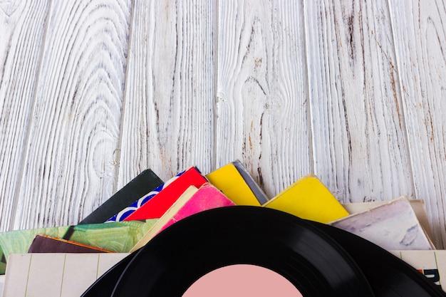 Discos de vinil e fones de ouvido na mesa. disco de vinil vintage