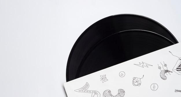Discos de vinil em fundo branco com cópia-espaço