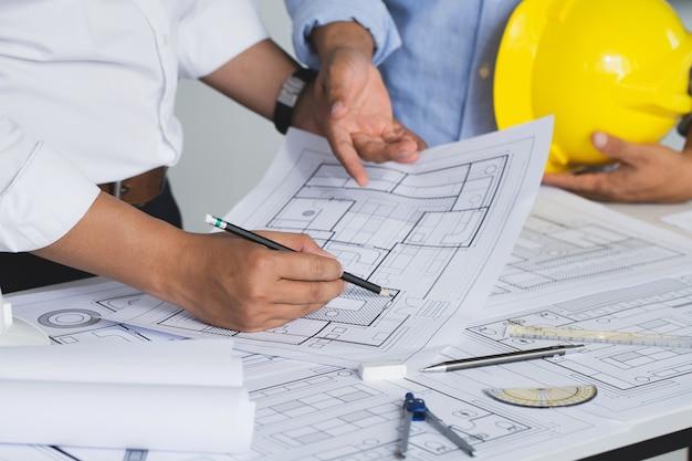 Discussão da equipe com reunião do engenheiro de construção no local para um projeto arquitetônico