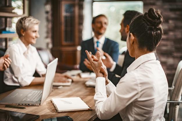 Discussão da equipe de negócios durante a reunião de negócios