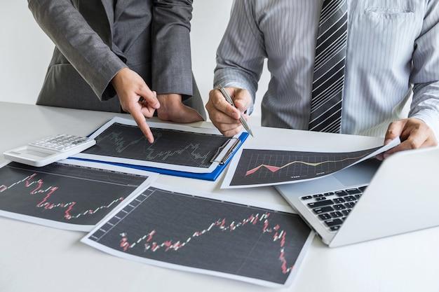 Discussão da equipe de negócios sobre reunião para planejamento de projeto de negociação de investimento e estratégia para investidor ou negociação em bolsa de valores com parceiro, conceito financeiro e contábil, trabalho em equipe colaborativo.