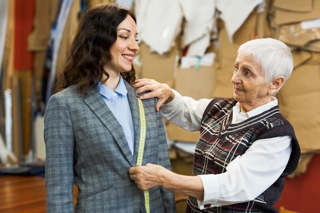 Discussão de cliente e alfaiate