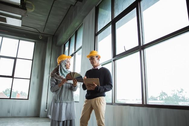 Discussão de dois trabalhadores sobre o planejamento de um novo projeto