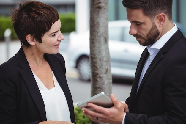 Discussão de empresários sobre tablet digital