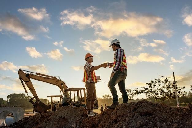 Discussão de engenheiros com arquitetos, planejamento de obras em canteiro de obras Foto Premium