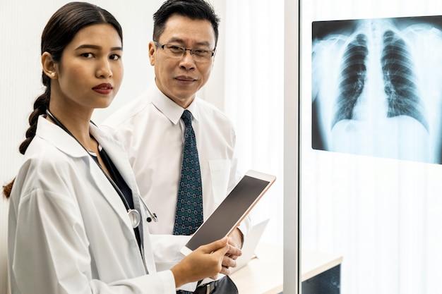 Discussão de médicos profissionais
