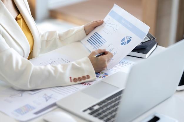 Discussão de mulher de negócios asiáticos e dados de análise na reunião