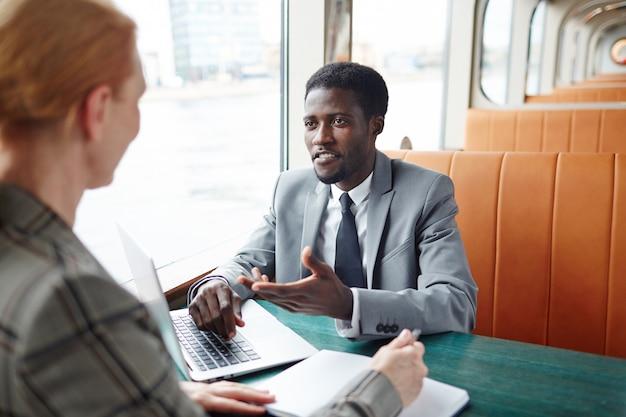 Discussão do projeto em viagem de negócios