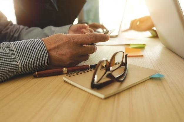 Discussão humana leia o negócio do monitor profissional