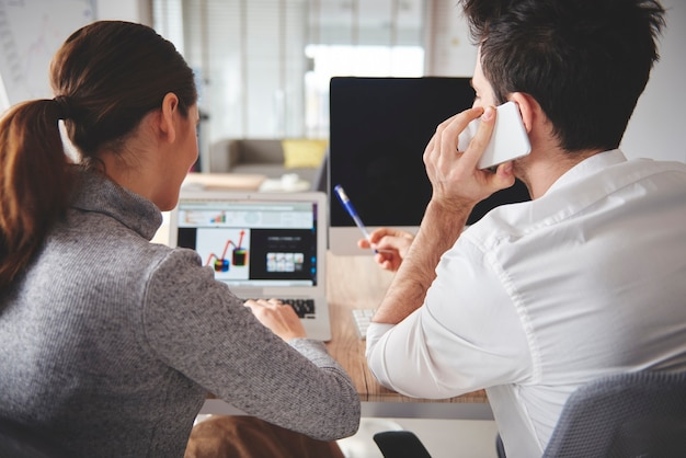 Discussões sobre projetos e gráficos de negócios