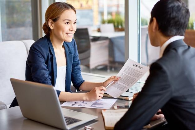 Discutindo a cooperação com o parceiro de negócios