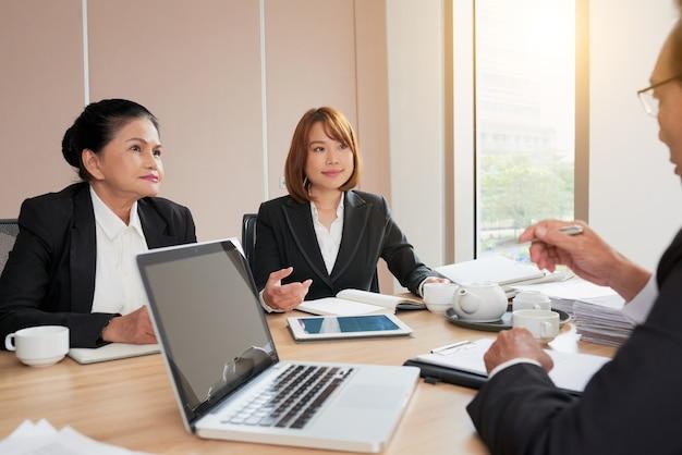 Discutindo a estratégia de negócios