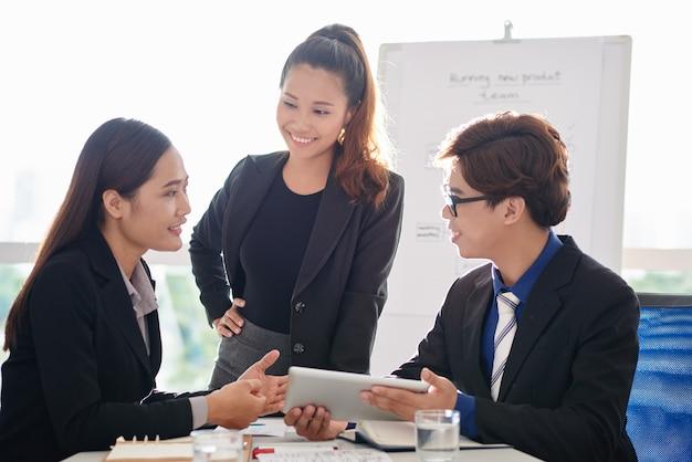 Discutindo dados com colegas de trabalho