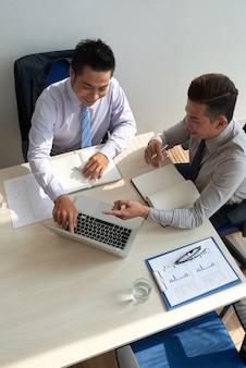 Discutindo dados na tela do laptop