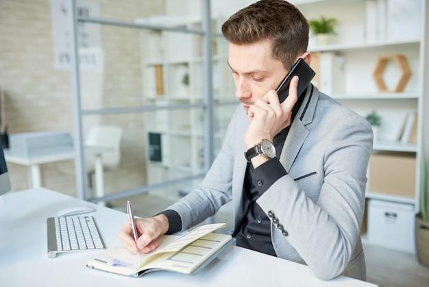 Discutindo detalhes do pedido com o cliente