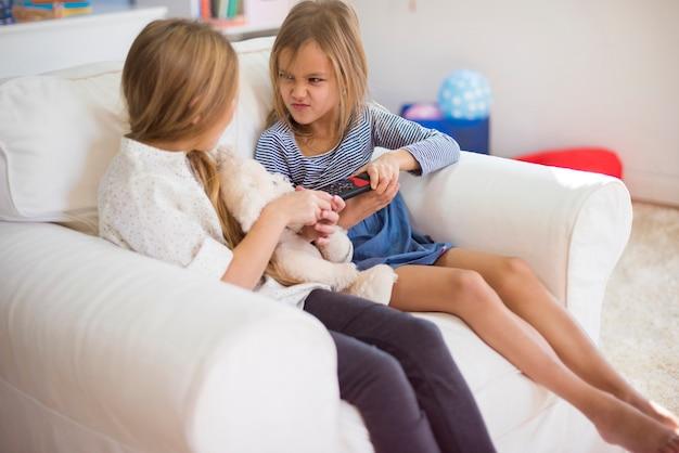 Discutindo duas garotas sobre o controle remoto