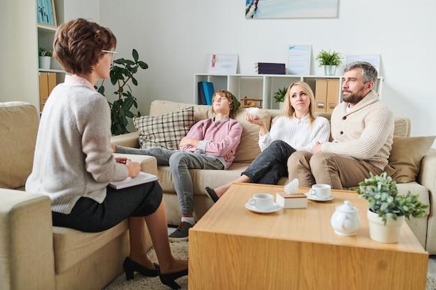 Discutindo o comportamento do filho adolescente com o psicólogo