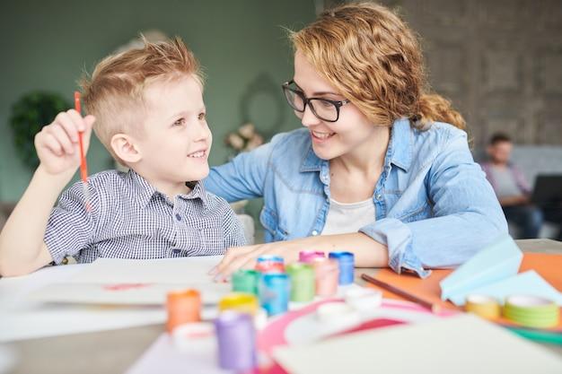Discutindo o presente para o dia dos pais com a mãe