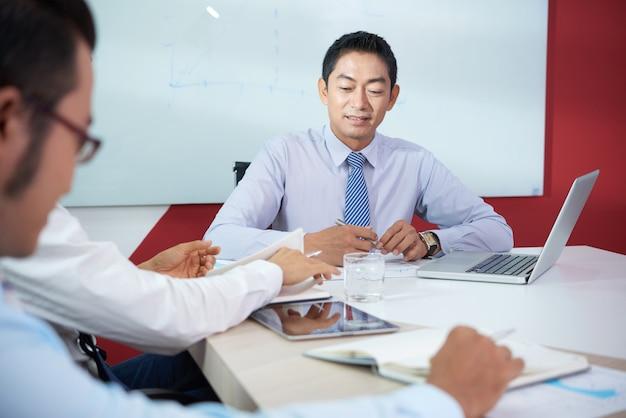 Discutindo projeto de negócios