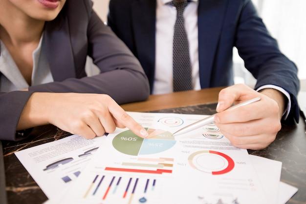 Discutindo resultados de pesquisas de negócios