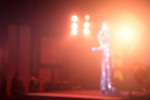Disfocus de alto-falantes femininos no palco