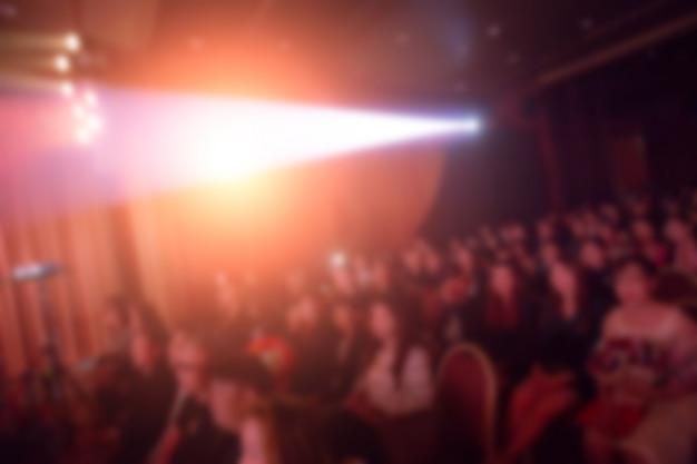 Disfocus de alto-falantes no palco sob a cor cheia de downlight
