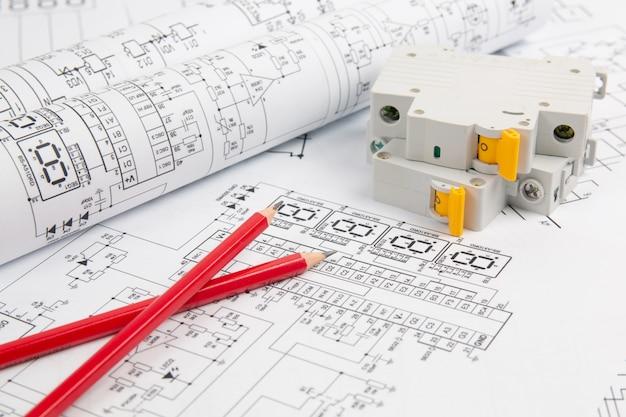 Disjuntor e lápis em desenhos de engenharia elétrica de papel