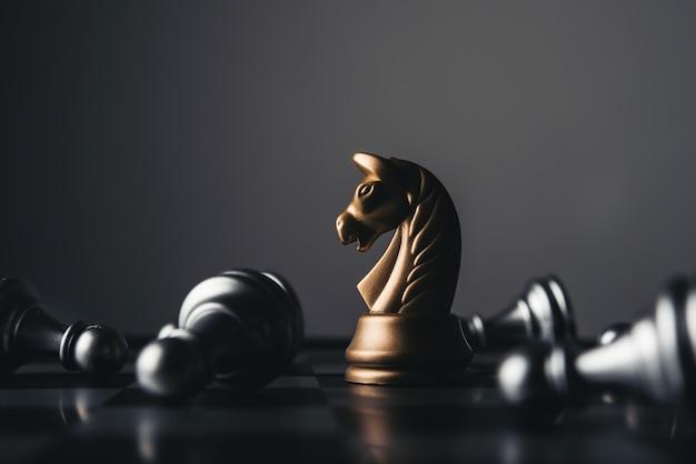 Disparado de um movimento da casa branca da placa de xadrez. conceito do líder de negócio.