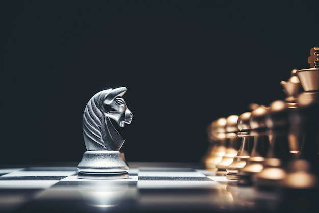 Disparado de um movimento do cavalo da prata da placa de xadrez.