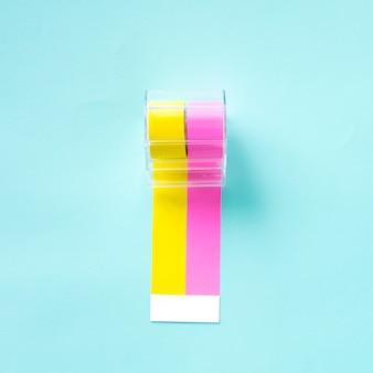 Dispensador de autocolantes amarelo e rosa