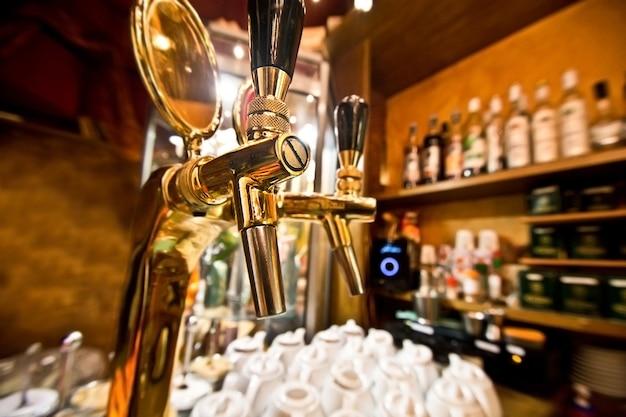 Dispensador de cerveja no pub