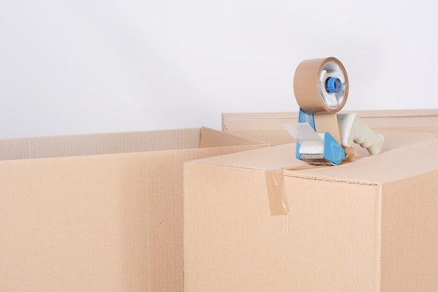Dispensador de fita de selagem de uma caixa de papelão de envio
