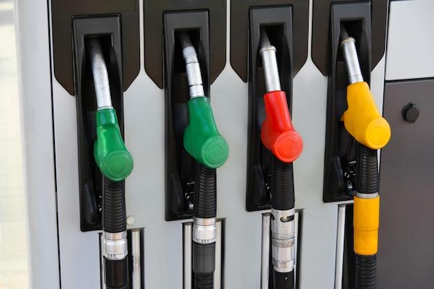 Dispensadores coloridos velhos da coluna de combustível na estação de combustível