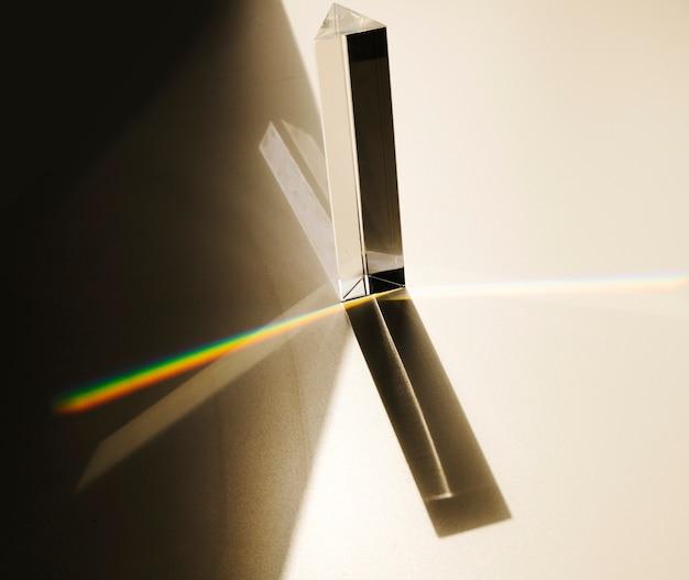 Dispersão da luz visível passando pelo prisma de vidro