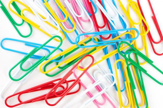 Dispersão de clipes de papel multicoloridos