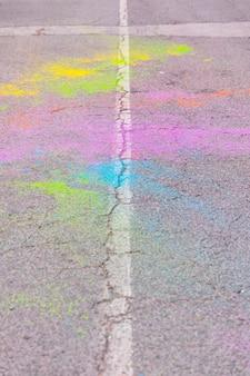 Dispersão de poeira de cor na estrada no festival de holi