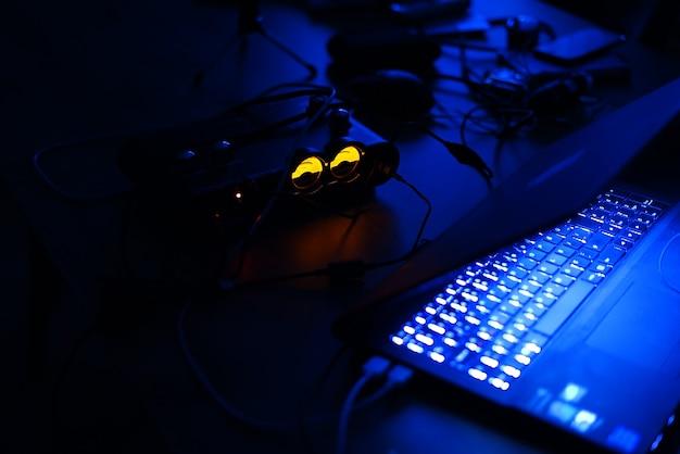 Display digital iluminado na mesa