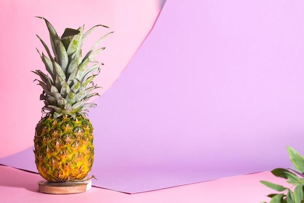 Disposição criativa feita do abacaxi no fundo cor-de-rosa. conceito de comida com espaço de cópia