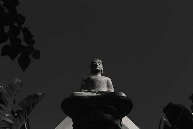 Disposição da estátua de buda em preto e branco.