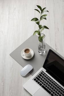 Disposição da mesa com laptop de alto ângulo