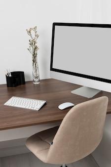 Disposição da mesa com monitor de alto ângulo
