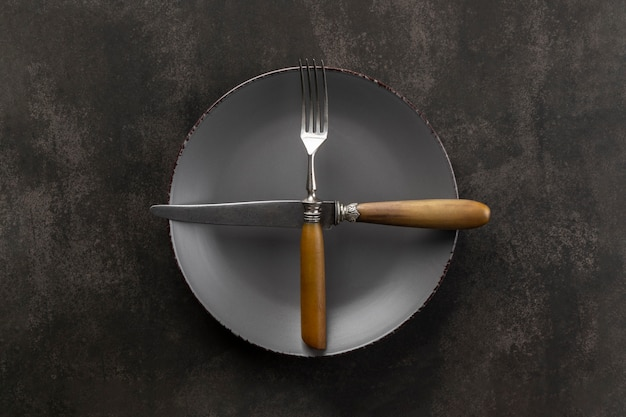 Disposição da mesa com vista superior do prato e talheres