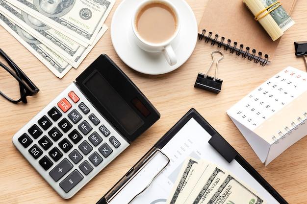 Disposição da mesa com vista superior e dinheiro
