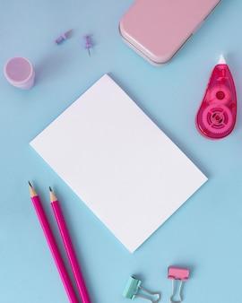 Disposição da mesa com vista superior e folha de papel