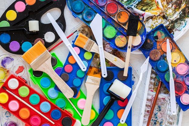 Disposição da paleta de cores em caixas e pincéis