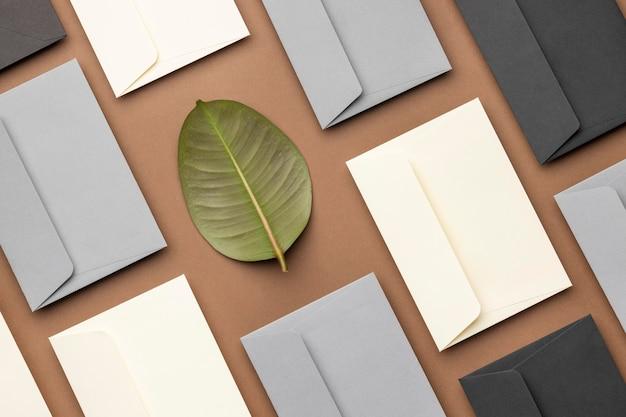 Disposição da vista superior com elementos de papelaria em marrom