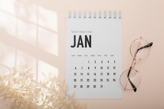 Disposição da vista superior com óculos e calendário