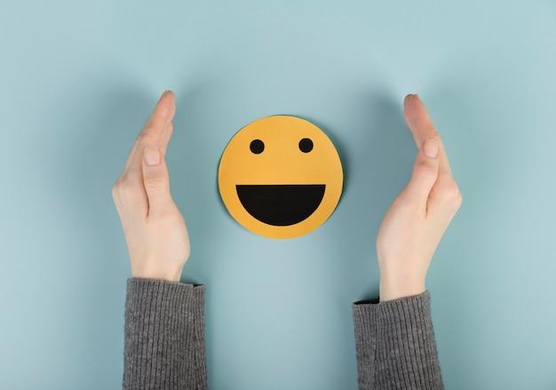 Disposição da vista superior com um cartão emoji sorridente