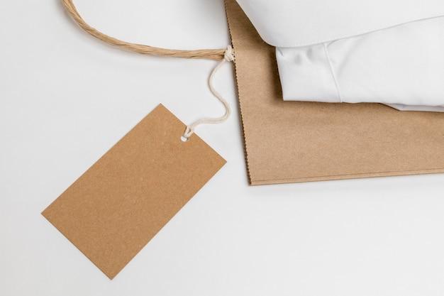 Disposição da vista superior da camisa dobrada e etiqueta em branco