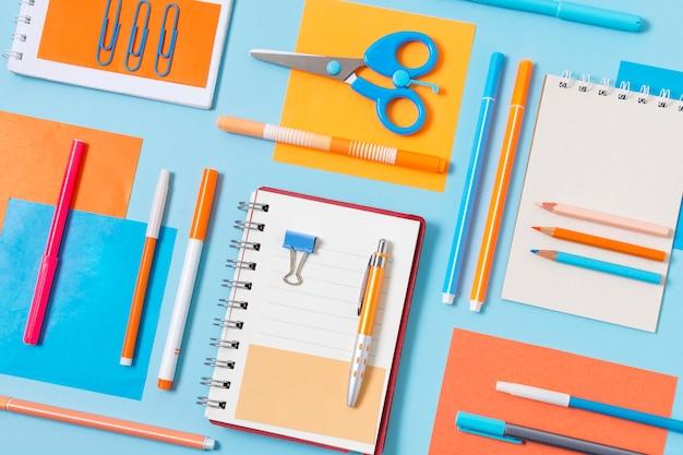 Disposição de cadernos e canetas de vista superior